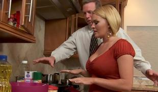babe blonde blowjob kjole puling hardcore jobb kjøkken milf pornostjerne