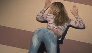 vakker blonde kropp glamor jeans posing kjønn tynn tease puppene