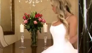ass vakker blonde brud kjole ben milf skjørt sofa upskirt