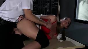 Castigo anal para estudiante intrusa
