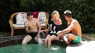 biseksuell blonde bryster hardcore hd utendørs virkelighet kjønn trekant