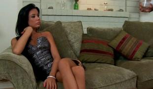 brunette sjarmerende kjole hæler hjem ben slikke langt hår milf kjønn