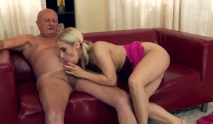 Blonde Nesty makes studs 10-Pounder harder previous to getting her muff pie pumped